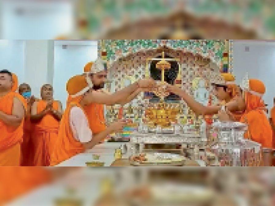 श्री दिगम्बर जैन मंदिर में मौजूद श्रद्धालु। - Dainik Bhaskar