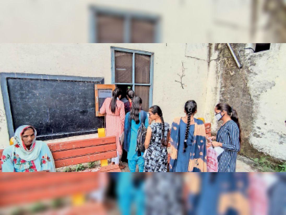 करनाल. राजकीय महिला महाविद्यालय में काउंटर पर ऑफलाइन फीस जमा करवाती छात्राएं। - Dainik Bhaskar