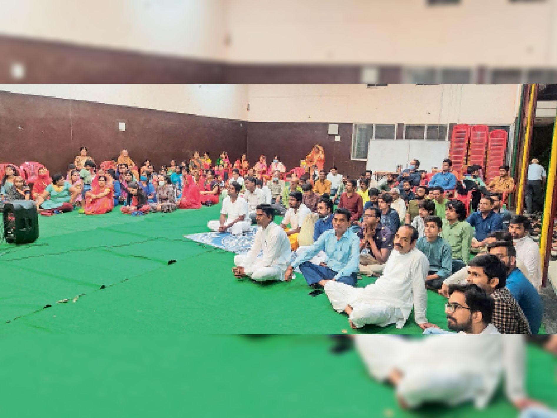 राधाष्टमी के प्रसंग पर आयोजित धर्मसभा में मौजूद श्रद्धालुजन। - Dainik Bhaskar