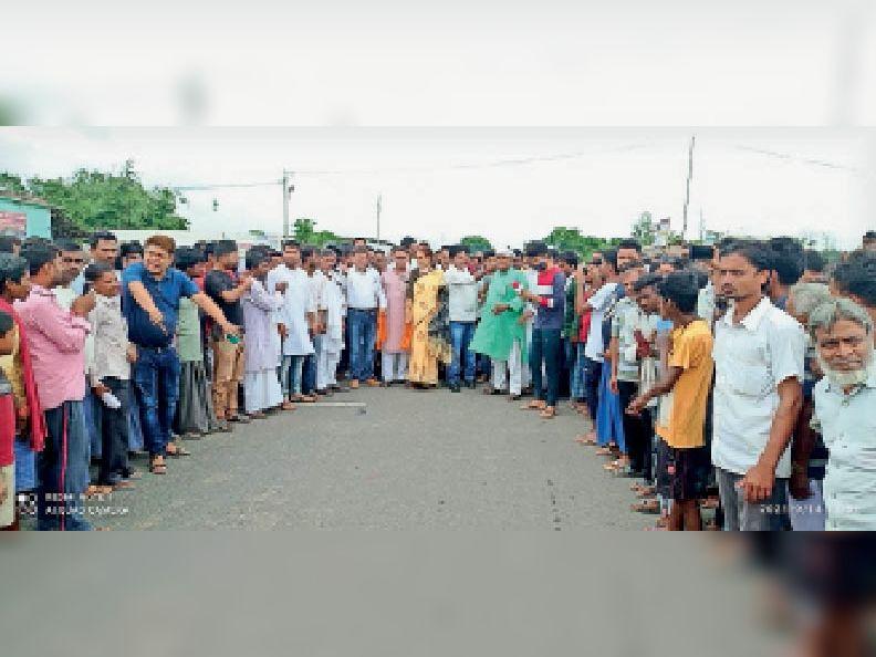 बोहरबा के पास सड़क पर खड़े पंचायत प्रतिनिधि सहित ग्रामीण।