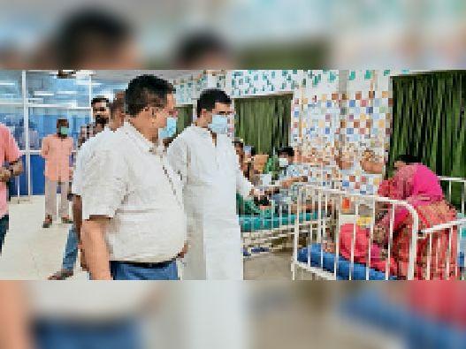 बच्चा वार्ड में मरीज के परिजनों से बात करते सांसद संतोष कुशवहा। - Dainik Bhaskar