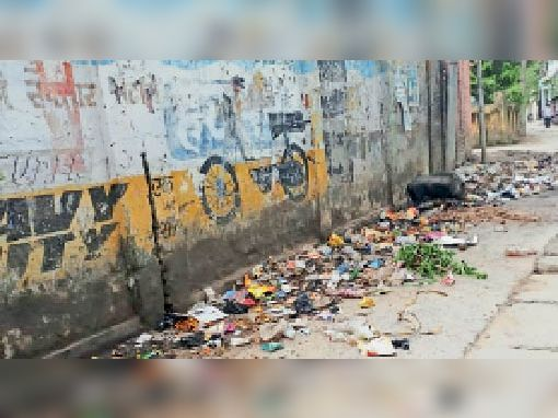 शहर के पोस्ट ऑफिस गली में फैला कूड़ा। - Dainik Bhaskar