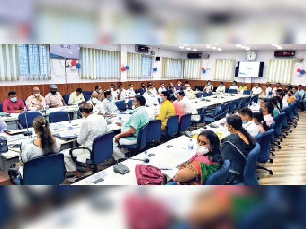 प्रभारी मंत्री सह डिप्टी सीएम की बैठक में शामिल विभिन्न विभागों के पदाधिकारी व अन्य।
