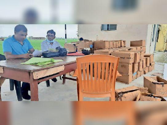 जब्त कफ सीरप की जांच करते अधिकारी। - Dainik Bhaskar