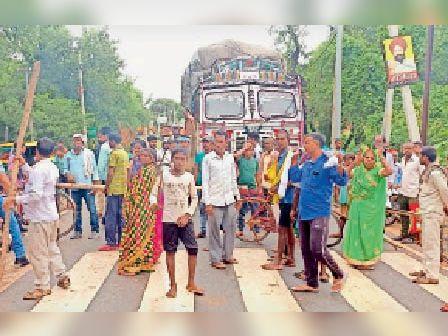 सड़क जाम करते उग्र किसान। - Dainik Bhaskar