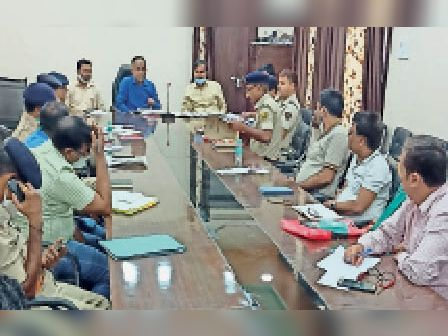 सभागार में आयोजित बैठक में अधिकारियों को निर्देश देते एसडीएम। - Dainik Bhaskar