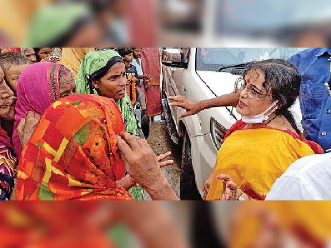 मंगलवार को करारी पिपरिया में बाढ़ प्रभावित महिलाओं को आश्वासन देतीं प्रभारी मंत्री शीला कुमारी। - Dainik Bhaskar
