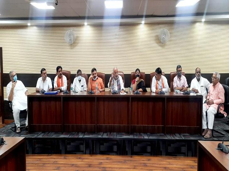 प्रधानमंत्री नरेंद्र मोदी के जन्मदिन पर आयोजित होने वाले कार्यक्रमों के बारे में चर्चा करते भाजपा नेता।