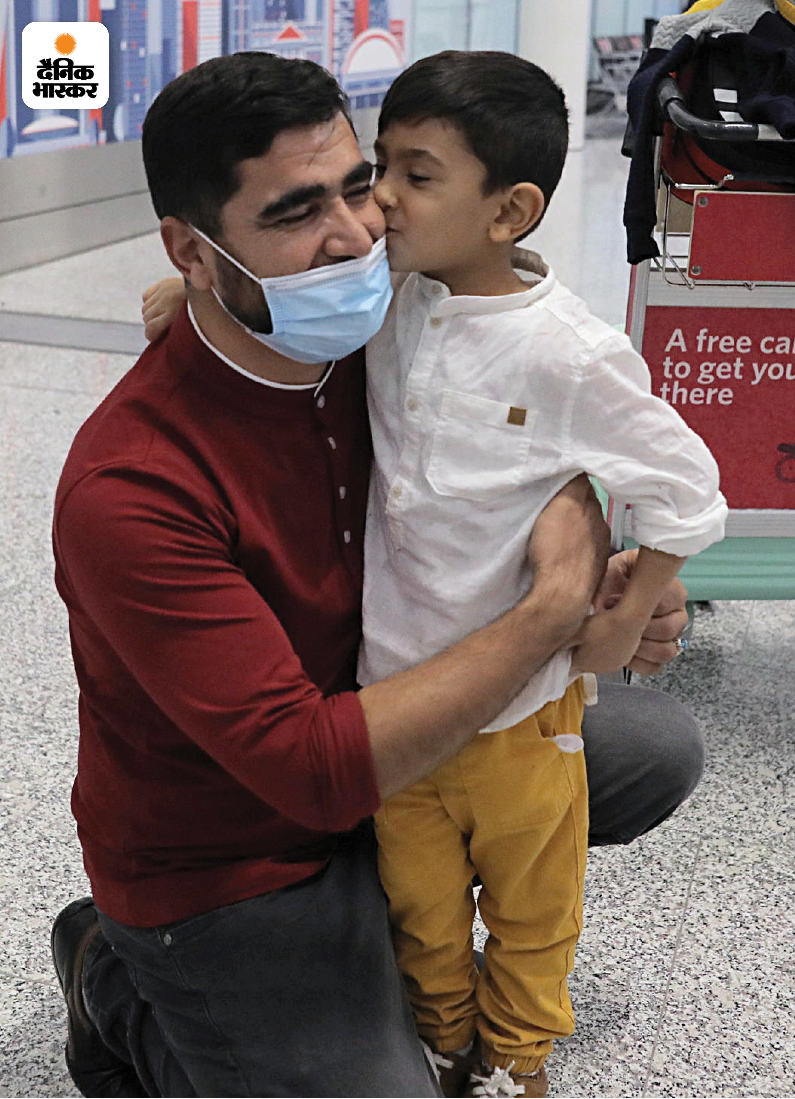 3 साल का अली 2 साल बाद अपने पिता से मिला तो गले से लिपट गया और दोनों एक-दूसरे को चूमने लगे।