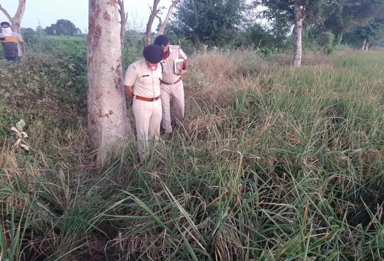 घटनास्थल पर जांच करते हुए पुलिस।