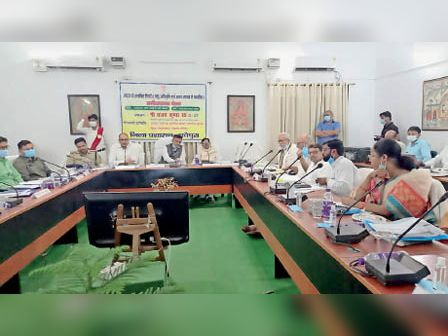 समीक्षा बैठक में मौजूद जल संसाधन मंत्री सहित अन्य लोग। - Dainik Bhaskar