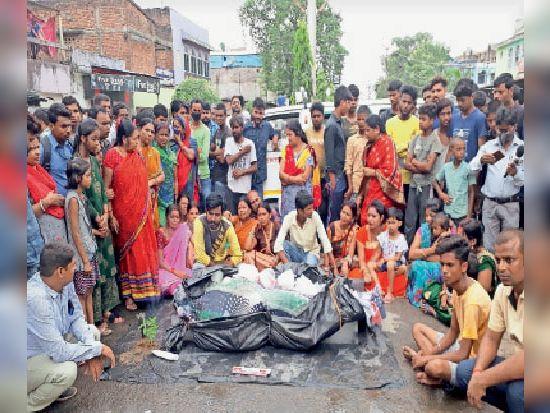 हत्या के बाद लाइन बाजार बड़ी मस्जिद के सामने शव रख प्रदर्शन करते लोग।