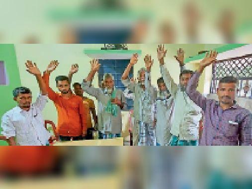पोठिया प्रखंड के नौकट्टा में विरोध जताते स्थानीय ग्रामीण। - Dainik Bhaskar