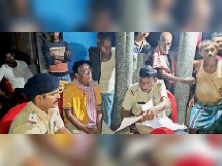 घटनास्थल पर छानबीन करती पुलिस। - Dainik Bhaskar