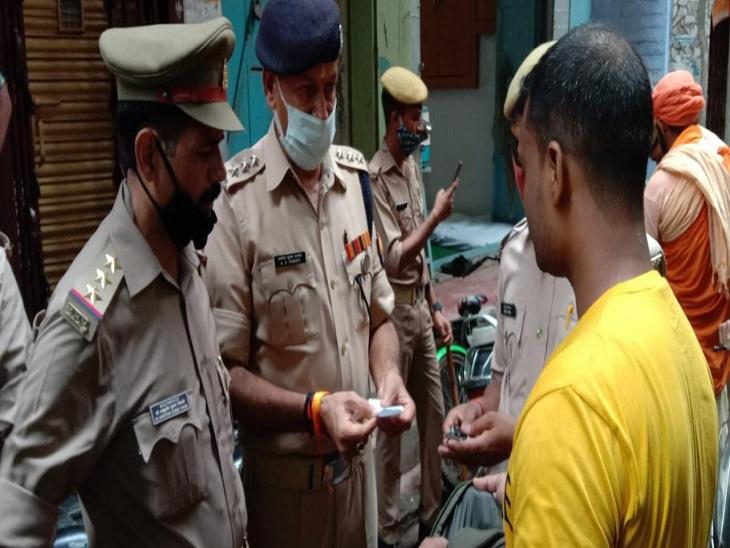 चौक क्षेत्र में बुधवार की दोपहर इंस्पेक्टर चौक डॉ. आशुतोष कुमार तिवारी के साथ चेकिंग करते एसीपी दशाश्वमेध अवधेश कुमार पांडेय।
