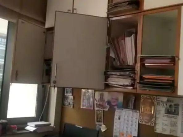 सामाजिक न्याय और अधिकारिता मंत्री ईश्वार परमार ने अपना ऑफिस खाली करवाया।