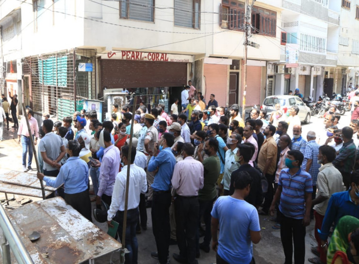 हादसे के बाद घटनास्थल पर इकट्ठा हुई भीड़