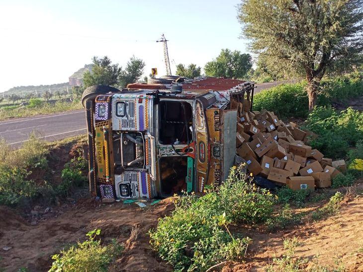 पशु को बचाने के चक्कर में पलटा ट्रक; ड्राइवर व क्लीनर चोटिल नहीं, बड़ा हादसा टला, दवाइयां भरकर पंजाब जा रहा था|नागौर,Nagaur - Dainik Bhaskar