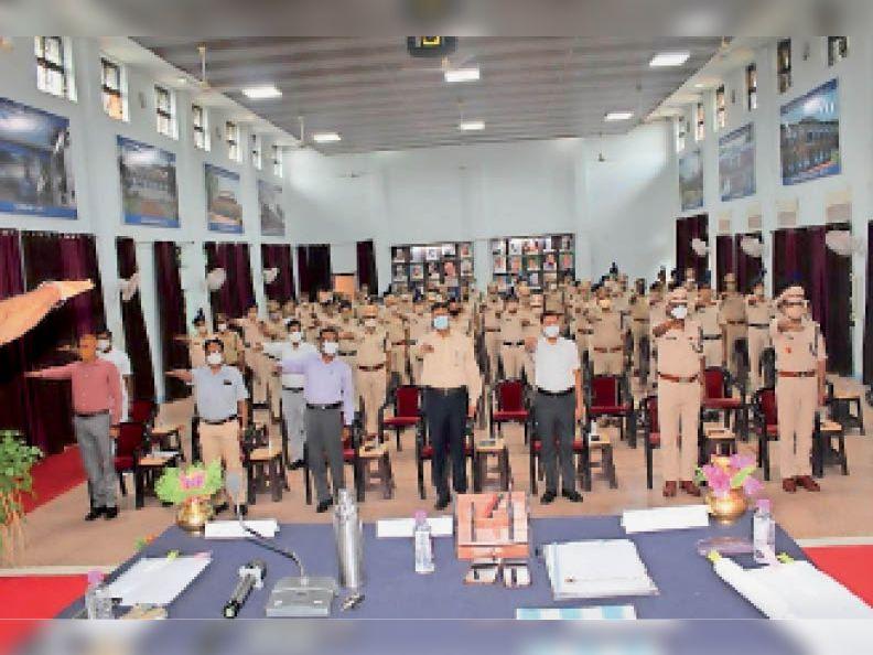 कार्यक्रम के दौरान राजभाषा की शपथ लेते अधिकारी व कर्मचारी। - Dainik Bhaskar