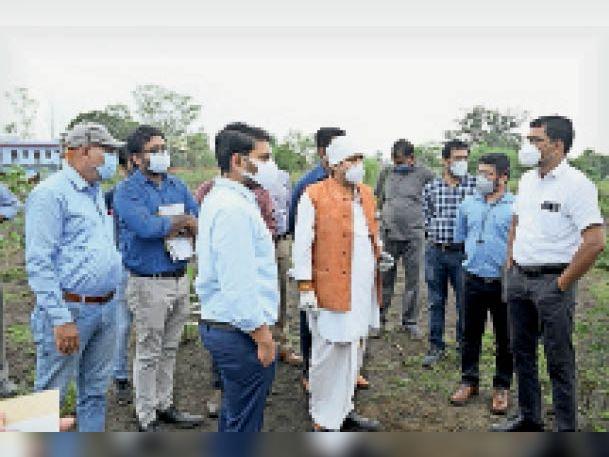 काकागंज में स्थल निरीक्षण करते विधायक जैन एवं अन्य अधिकारी। - Dainik Bhaskar