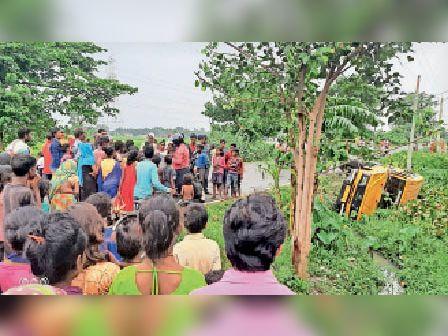 दुर्धटनाग्रस्त के बाद सड़क पर लगी लोगों की भीड़। - Dainik Bhaskar