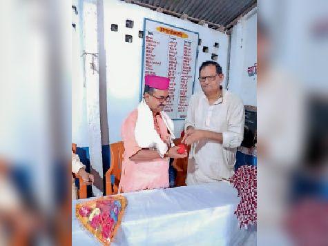 प्रांतीय सचिव को सम्मानित करते विद्यालय के सचिव नारायण झा। - Dainik Bhaskar
