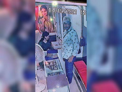 सीसीटीवी में कैद चोर। - Dainik Bhaskar