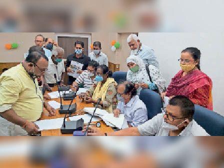 डीआरडीए सभागार में मतदान कर्मियों की स्वास्थ्य जांच करते चिकित्सक। - Dainik Bhaskar