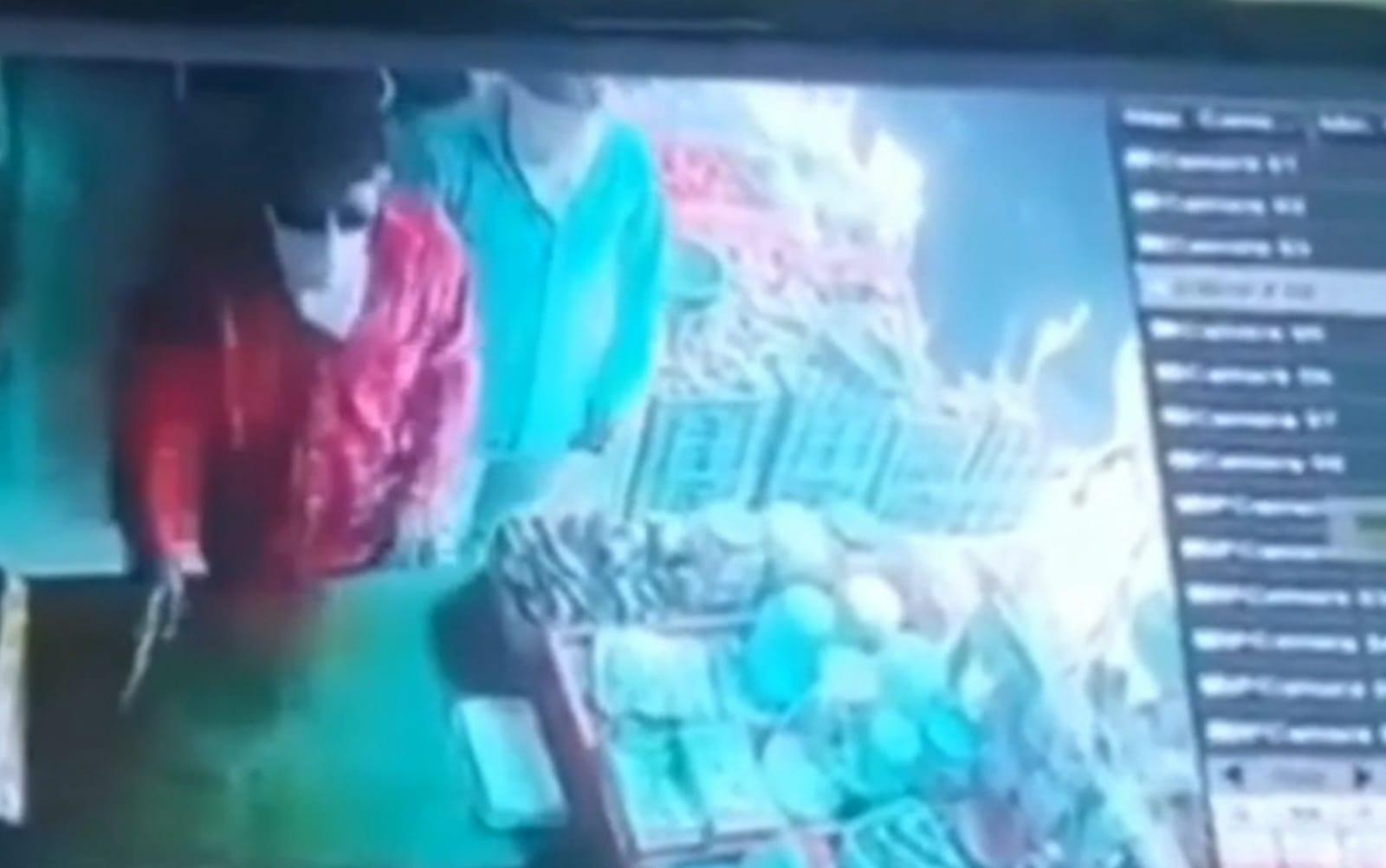 गन प्वाइंट पर पवन नगर में करियाना शॉप से 12 हजार रुपए लूट, सीसीटीवी में दिखे आरोपी, रानी का बाग की घटना में भी यही दोनों आरोपी|अमृतसर,Amritsar - Dainik Bhaskar