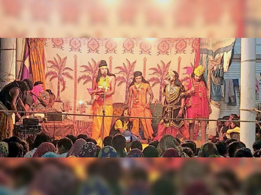 रामलीला का मंचन करते कलाकार। दृश्य में राम सीता के वस्त्र देखकर सुग्रीव और हनुमान को बताते हैं कि ये सीता के हैं। - Dainik Bhaskar