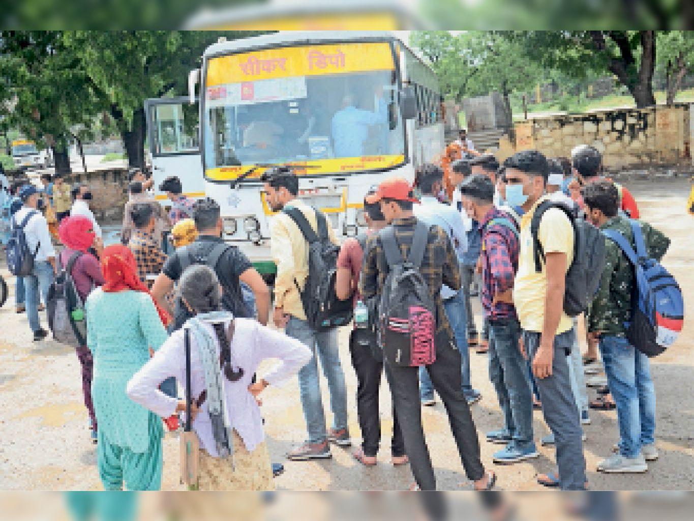 रोडवेज बस डिपो में प्रतियोगी परीक्षा देने के लिए जाने वाले अभ्यर्थियों की भीड़। - Dainik Bhaskar