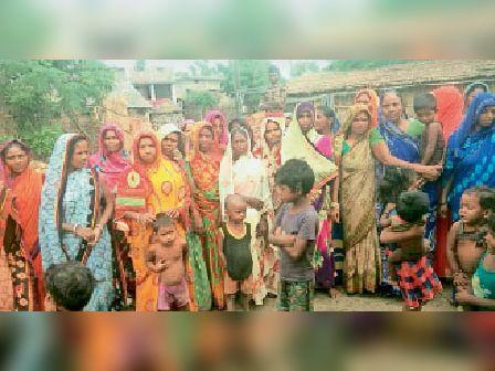 विरोध जतातीं राहत राशि से वंचित हरिणमार की महिलाएं। - Dainik Bhaskar