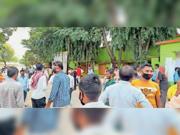 बांका प्रखंड कार्यालय के बाहर लगी भीड़। - Dainik Bhaskar