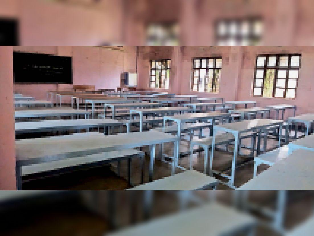 कॉलेज में कक्षाएं खुलने से पहले बेंचों को इस तरह रखकर तैयारियां की। - Dainik Bhaskar