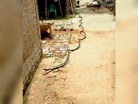 एकनियां में टूटा बिजली का तार। - Dainik Bhaskar
