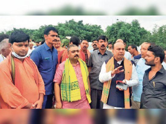 सौरगांव में बाढ़ से हुए फसल क्षति का मुआयना करते मंत्री व अन्य। - Dainik Bhaskar