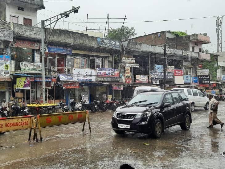 होशंगाबाद में रात से ही रुक-रुककर बारिश हो रही है।