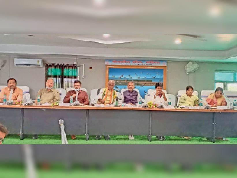 विकास भवन के सभागार में अनुश्रवण की बैठक में प्रभारी मंत्री व अन्य। - Dainik Bhaskar