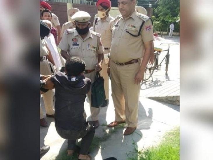 हमलावर को हिरासत में लेती पुलिस।