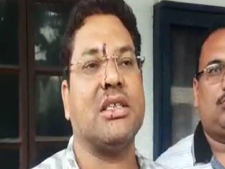 युवक ने आरोप लगाया, बोला- बच्ची की फीस भरने स्कूल जा रहा था तभी कुछ लोगों ने की मारपीट|जबलपुर,Jabalpur - Dainik Bhaskar