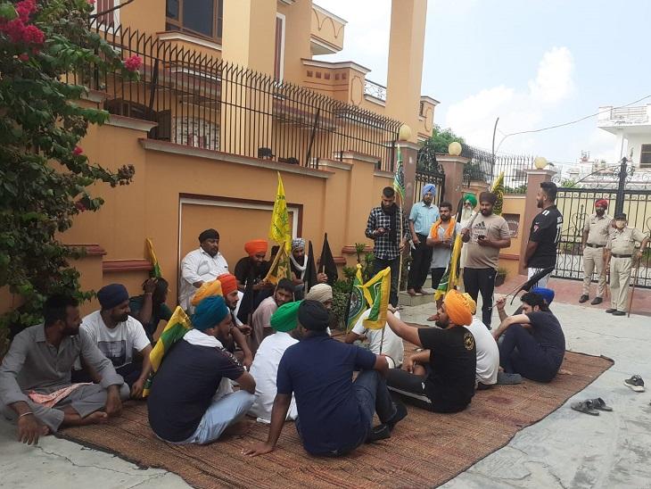 जालंधर में किसानों ने घर का घेराव किया; पुलिस से केस दर्ज करने और गिरफ्तारी की मांग, सामाजिक बहिष्कार का ऐलान|जालंधर,Jalandhar - Dainik Bhaskar