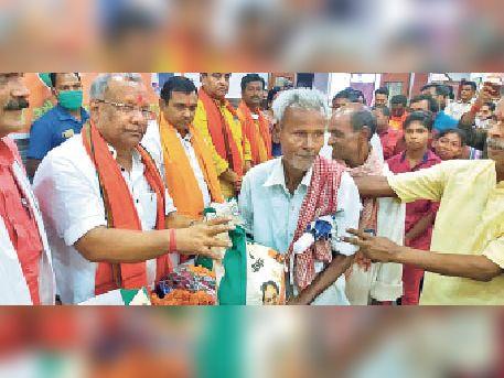 जैन धर्मशाला में गरीबों को अन्न वितरित करते उपमुख्यमंत्री। - Dainik Bhaskar