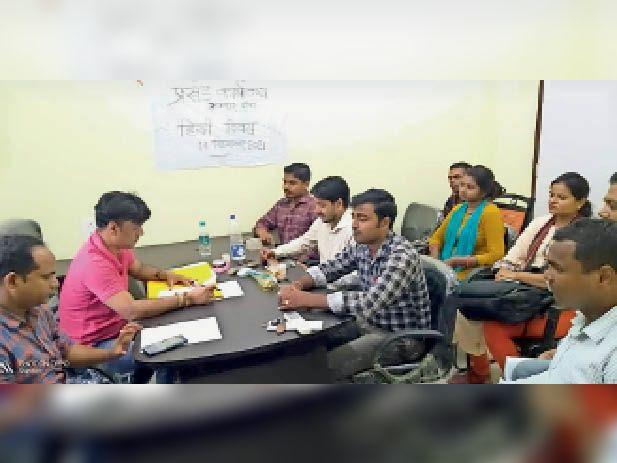 हिन्दी दिवस पर उपस्थित अधिकारी व कर्मी। - Dainik Bhaskar