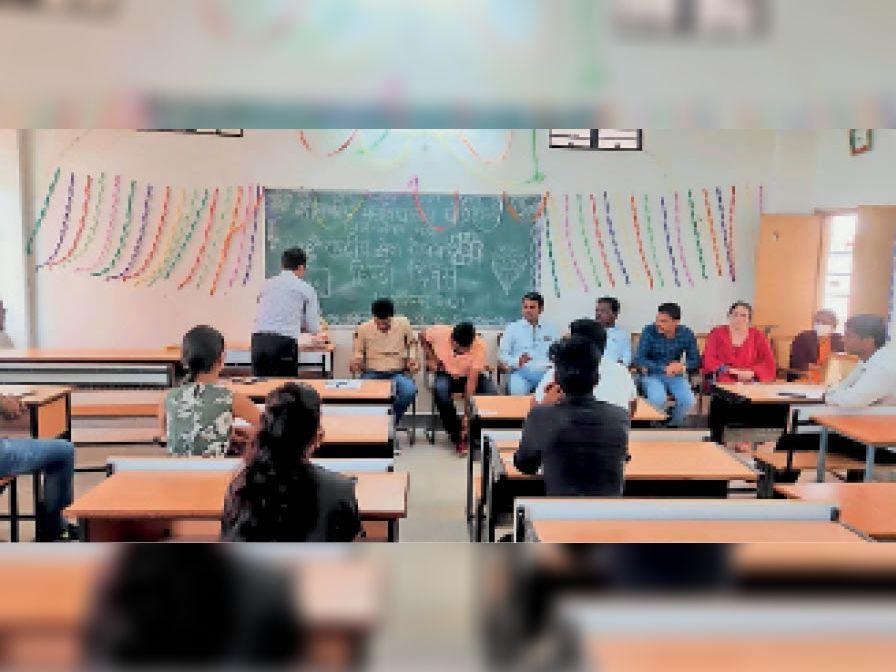 काॅलेज में हिंदी दिवस मनाया गया। - Dainik Bhaskar