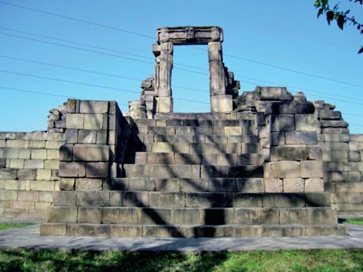 विकसित किए जाने वाले गांवों में ऊधमपुर के निकट बसा मनवाल गांव भी है जो अपने प्राचीन मंदिरों के लिए जाना जाता है। काला डेरा मंदिर (तस्वीर में) और देवी भगवती मंदिर एएसआई के संरक्षित स्मारक हैं।