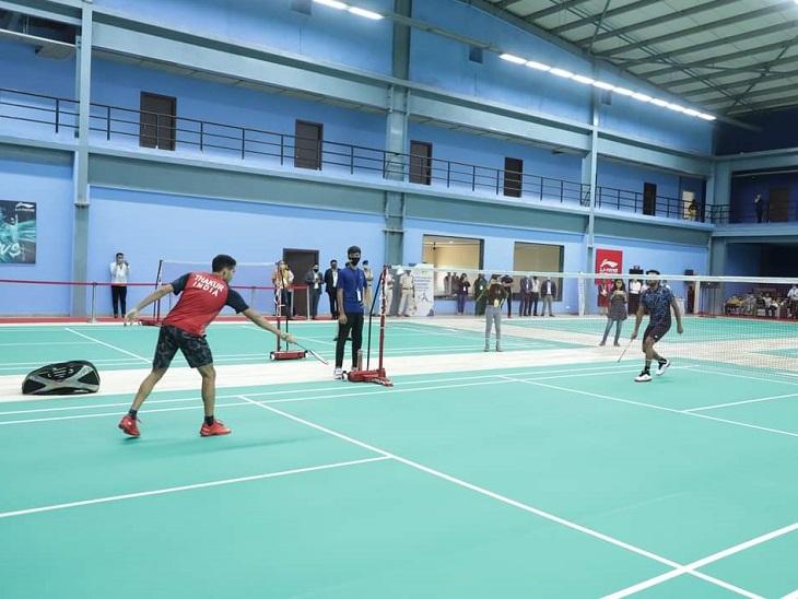 अकादमी के कोर्ट पर खेला गया पहला मैच 11-11 पॉइंट का प्रदर्शन मुकाबला था।