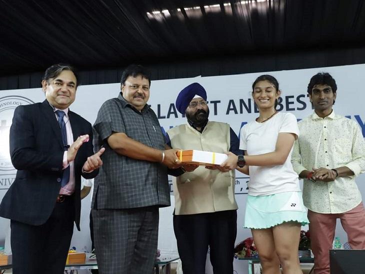 उद्घाटन समारोह में पहले मैच में प्रदर्शन करने वाले खिलाड़ियों को सम्मानित किया गया।