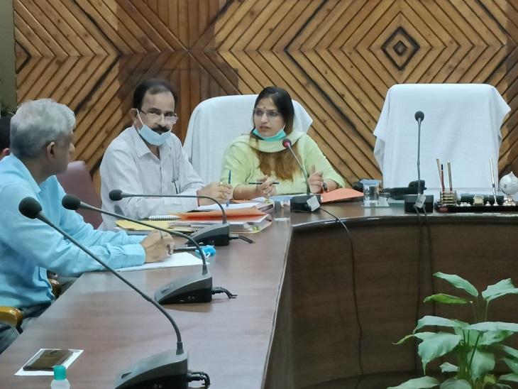 बैठक लेती ADM (प्रशासन)  डा.अर्चना - Dainik Bhaskar