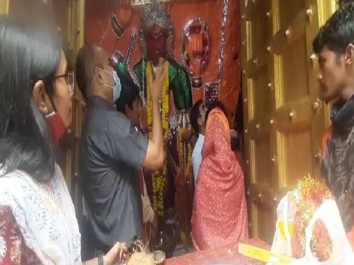 मंदिर में पूजन करतीं विधायक गायत्री राजे पवार। - Dainik Bhaskar