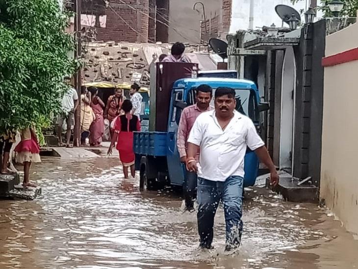 महानदी की बाढ़ में फंसे 8 ग्रामीणों को बचाया गया, गोबरा-नवापारा की कई बस्तियां हुईं खाली; रायपुर में 144 मकान ढहे|रायपुर,Raipur - Dainik Bhaskar